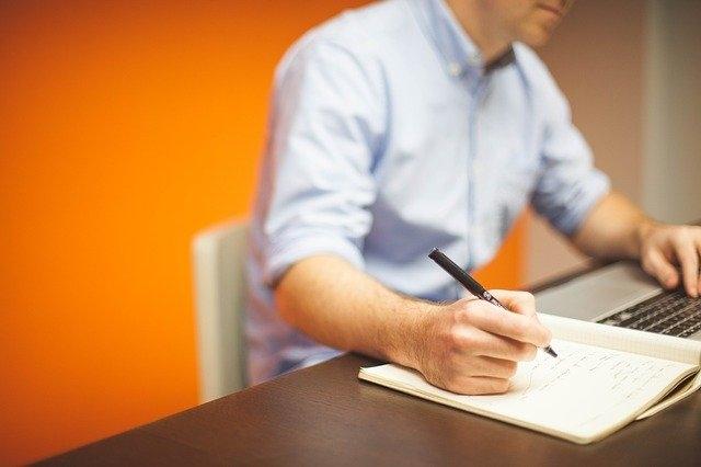 Quelles autres activités que la vente peuvent être englobées dans la définition du E-commerce ?